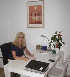 Heilpraktikerin Elke Meergans am Schreibtisch ihrer Praxis